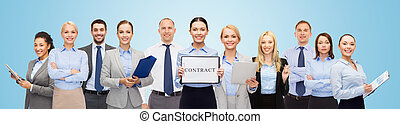 grupo, de, feliz, businesspeople, teniendo contrato