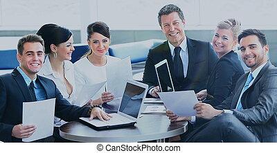 grupo, de, feliz, empresarios, en, un, reunión, en, oficina