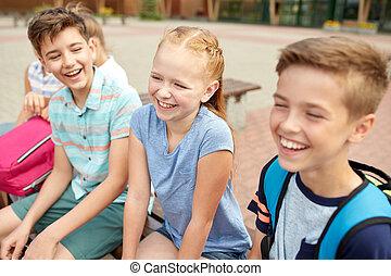 grupo, de, feliz, escola elementar, estudantes, falando