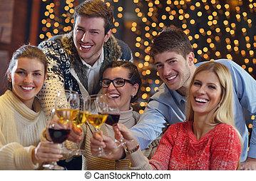 grupo, de, feliz, jóvenes, bebida, vino, en, fiesta