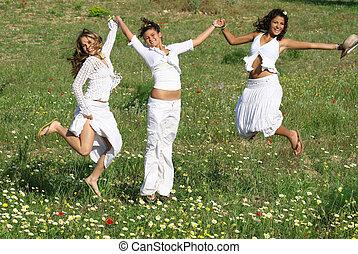 grupo, de, feliz, mujeres jóvenes, saltar, en, verano, o, primavera