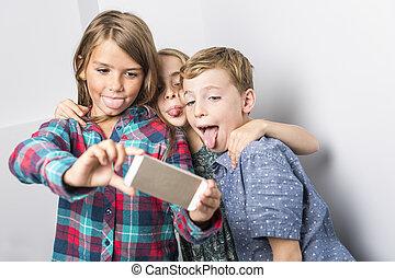 grupo, de, feliz, niños, en, estudio, fondo gris
