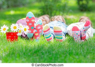 grupo, de, feliz, niños jugar, aire libre