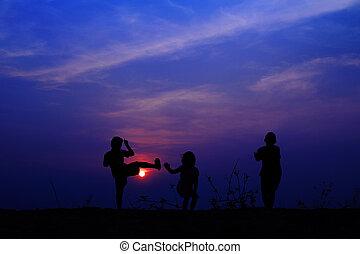 grupo, de, feliz, niños jugar, en, pradera, cielo azul, verano