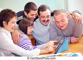 grupo, de, feliz, pessoas, com, incapacidade, tendo divertimento, com, tabuleta