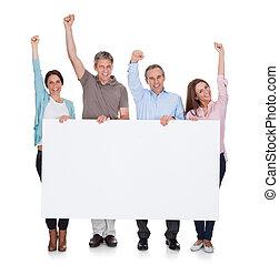 grupo, de, feliz, pessoas, segurando, painél publicitário