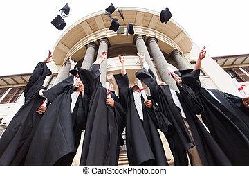grupo, de, graduados, lanzamiento, graduación, sombreros, en...