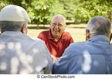 grupo, de, hombres mayores, tener diversión, y, reír, en el estacionamiento