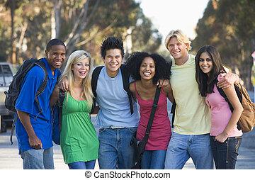 grupo, de, jovem, amigos, tendo divertimento