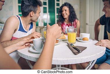 grupo, de, jovem, amigos, tendo, pequeno almoço, casa
