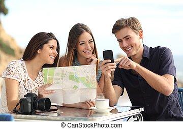 grupo, de, jovem, turista, amigos, consultar, gps, mapa, em,...