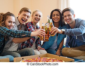 grupo, de, joven, amigos, con, pizza, y, botellas de trago,...