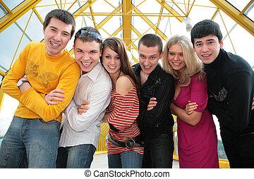grupo, de, joven, amigos, en, puente peatonal, mirada, en, usted