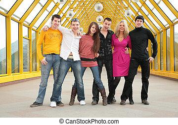 grupo, de, joven, amigos, estante, en, puente peatonal