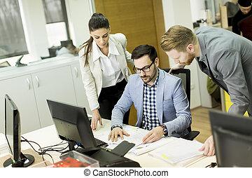 grupo, de, joven, empresarios, en, un, reunión, en, oficina