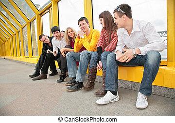 grupo, de, joven, personas, sentarse, en, puente peatonal