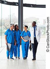 grupo, de, médico, doutores, andar, em, hospitalar
