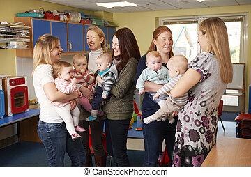 grupo, de, madres, con, bebes, reunión, en, playgroup