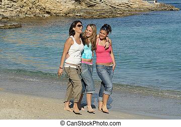 grupo, de, meninas, andar ao longo praia, ligado, feriado verão