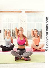 grupo, de, meninas, fazendo, ioga, exercícios