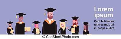 grupo, de, mezcla, carrera, estudiantes, en, tapa graduación, y, bata, asimiento, diploma, encima, plano de fondo, con, espacio de copia