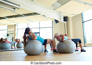 grupo de mujeres, ejercitar, con, ataque, pelotas, en, gimnasio