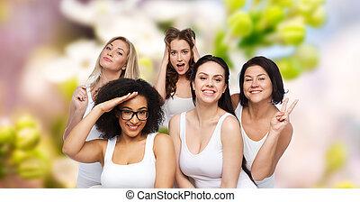 grupo, de, mulheres felizes, em, branca, roupa interior, tendo divertimento
