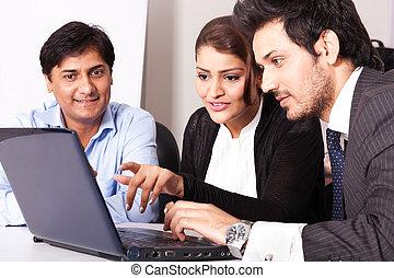 grupo, de, multi racial, pessoas empresariais encontrando, inidan, mulher negócio, em, reunião, com, jovem, businessmen.