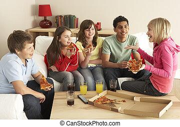 grupo de niños, comer pizza, en casa