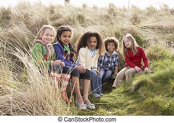 grupo de niños, juego, en, campo, juntos
