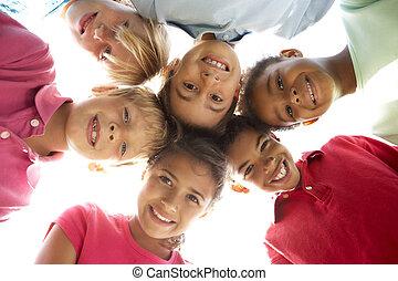 grupo de niños, juego, en el estacionamiento