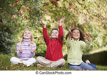 grupo de niños, juego, en, otoño sale