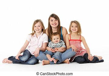 grupo de niños, juntos, en, estudio