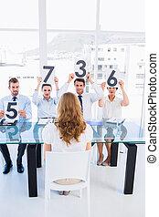 grupo, de, panel, jueces, tenencia, raya, señales, delante de, mujer