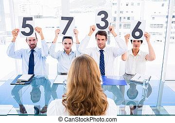 grupo, de, panel, jueces, tenencia, raya, señales, delante de, un, mujer