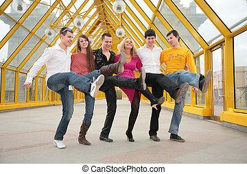 grupo de personas jóvenes, baile, cancanon, puente peatonal