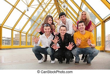 grupo de personas jóvenes, demuestra, abierto, palmas, en, puente peatonal