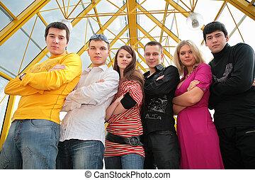 grupo de personas jóvenes, en, puente peatonal, vea debajo