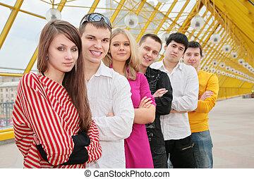 grupo de personas jóvenes, estante, en, puente peatonal