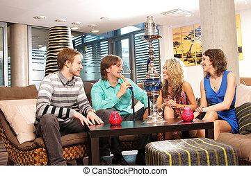 grupo de personas jóvenes, fumar