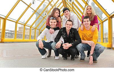 grupo de personas jóvenes, postura, en, puente peatonal