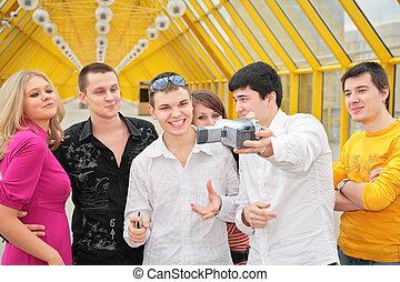 grupo de personas jóvenes, quita, itself, a, camcorder, en, puente peatonal