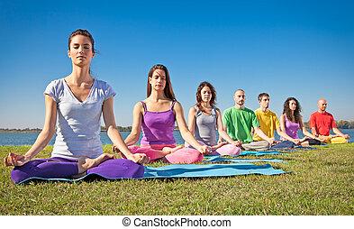 grupo de personas jóvenes, tener, meditación, en, yoga,...
