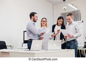grupo, de, quatro, diverso, homens mulheres, em, roupa casual, falando, em, escritório