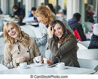 grupo, de, rir, mulheres jovens