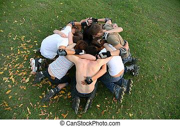 grupo, de, rodillos, sentarse, en la hierba, en, círculo, 2