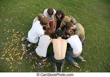 grupo, de, rodillos, sentarse, en la hierba, en, círculo