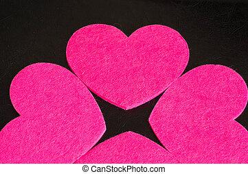 grupo, de, rosa, fieltro, corazones, contra, un, oscuridad, fondo.
