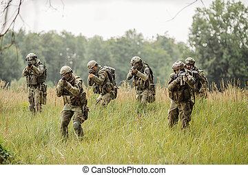 grupo, de, soldados, executando, através, a, campo, e, disparar