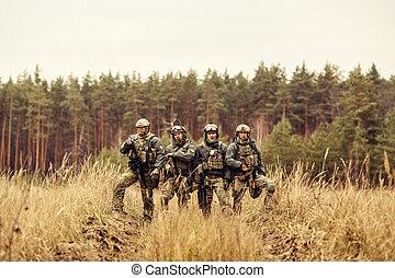 grupo, de, soldados, ficar, com, braços, e, olhando câmera